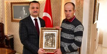 Gümüşhane'de örnek işçi Necmettin Çakır'a Vali Taşbilek'ten teşekkür